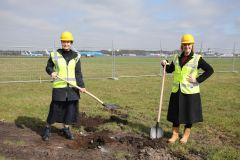 Meiltje de Groot (Groningen Airport Eelde) en Malou van der Pal (LVNL) steken de eerste schop in de grond